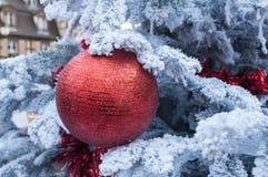 Konstgjord snö och röda dekorativa bollar på en christm Royaltyfri Bild