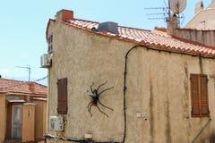 Konstgjord spindel på en byggnad Royaltyfria Foton