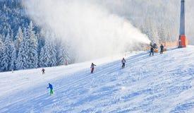 konstgjord trycksprutaproduktionsnow den Österrike semesterorten schladming skidar _ Arkivbilder