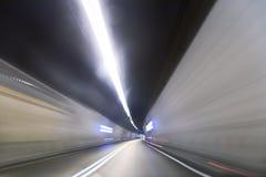 Konstgjord vägtunnel som abstrakt suddig bakgrund Arkivfoto