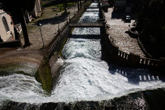 Konstgjord vattenfall i Abchazien nya Athos Royaltyfri Fotografi