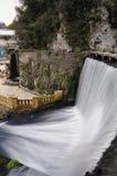 Konstgjord vattenfall på floden Psyrtsha i Abchazien nya Afon Arkivfoto