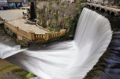 Konstgjord vattenfall på floden Psyrtsha i Abchazien nya Afon Fotografering för Bildbyråer