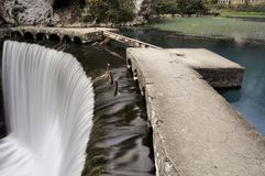 Konstgjord vattenfall på floden Psyrtsha i Abchazien nya Afon Royaltyfri Bild