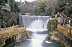 Konstgjord vattenfall på floden Psyrtsha i Abchazien nya Afon Royaltyfria Foton
