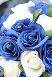 Konstgjorda blåa och vita rosor Arkivbilder