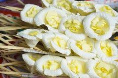 Konstgjorda blommor & x28; använt under en funeral& x29; /sort av den wood blomman att förläggas på platsen av kremeringen Arkivfoton