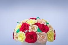 Konstgjorda blommor av rosor Arkivfoton