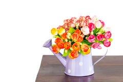 Konstgjorda blommor i duschvattnet isolerade och inkluderar banan Royaltyfria Foton