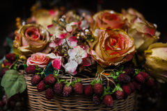 Konstgjorda blommor i korgen Arkivbilder