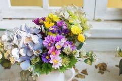 Konstgjorda blommor i korgen i tappningtema Royaltyfria Foton