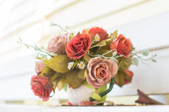 Konstgjorda blommor i korgen i tappningtema Royaltyfria Bilder