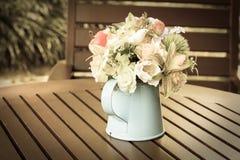 Konstgjorda blommor i metallvas. Royaltyfri Fotografi