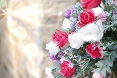 Konstgjorda blommor i signaler och suddighet för mjukt ljus Royaltyfri Bild
