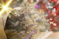 Konstgjorda blommor i signaler och suddighet för mjukt ljus Royaltyfria Bilder