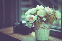 Konstgjorda blommor i vasen på fönstret Royaltyfri Bild