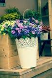 Konstgjorda blommor i vasen, tappningstil Arkivbilder