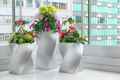 Konstgjorda blommor i vaser Arkivbild