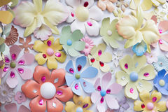Konstgjorda blommor och konstgjord smyckenbakgrund Arkivfoto