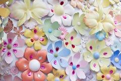 Konstgjorda blommor och konstgjorda smycken Arkivbild