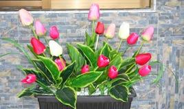 Konstgjorda blommor på bordlägga royaltyfri bild
