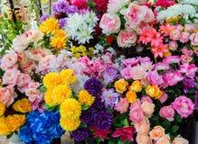 Konstgjorda blommor på marknaden Arkivfoton