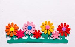 Konstgjorda blommor på väggen Royaltyfri Fotografi