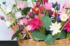 Konstgjorda blommor som göras från mullbärsträdpapper som är handgjort royaltyfri bild