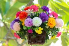 Konstgjorda blommor som hänger på träd Royaltyfri Foto