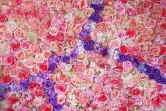 Konstgjorda rosa och purpurfärgade rosor Royaltyfri Bild