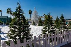 Konstgjorda snö och julgranar på semesterorten - vinter och jul i varmt landsbegrepp royaltyfri bild