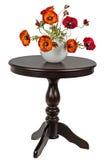 Konstgjorda vallmo i en vas på den runda tabellen Royaltyfri Fotografi