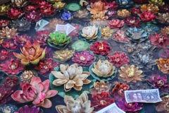 konstgjorda waterlilies i djupfryst vatten i den Ramoche templet i Lhasa, Tibet royaltyfria bilder