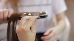 Konstgjort hår för förlagestrykning i salong stock video