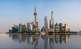 Konstgjort vatten på panorama av Shanghai horisont royaltyfri bild