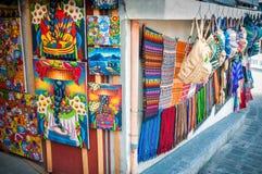 Konsthantverk på försäljning på marknaden i San Pedro La Laguna, Guatemala Arkivbild