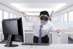 Konstig affärsman med skyddsglasögon i regeringsställning arkivbild