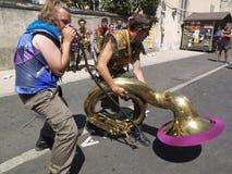 Konstig inställning som spelar tuban Royaltyfri Foto