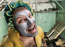 Konstig man med ansiktsmask fotografering för bildbyråer