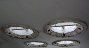 Konstig och futuristisk konkret design för rund form på taket Arkivbild