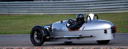 Konstig racerbil med tre hjul Arkivfoto