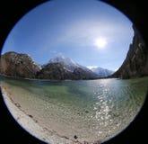 Konstig sikt som ett hål vid fisheyelinsen av alpin liten sjö c Fotografering för Bildbyråer