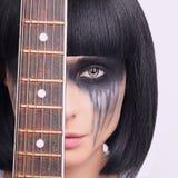 Konstig ung kvinna med gitarren Royaltyfria Bilder