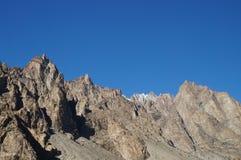 Konstiga berg och blå himmel i nordliga Pakistan Arkivbilder
