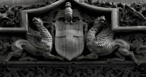 Konstiga bevingade varelser som skyddar skölden Royaltyfria Bilder