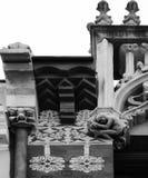 Konstiga tecken överst av byggnaden Royaltyfria Bilder