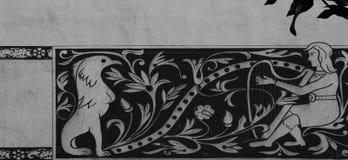 Konstiga tecken som målas på den huvudsakliga fasaden Arkivbilder