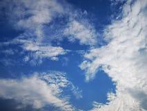 Konstiga vitmoln och blå himmel i sommar royaltyfri fotografi