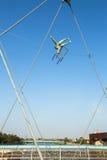 Konstinstallationsjärn skulpterar mellan vattnet och himlen på den fot- bron Arkivbild