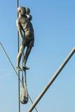 Konstinstallationsjärn skulpterar mellan vattnet och himlen på den fot- bron Arkivfoton